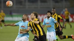 Alberto Rodriguez(L) of Peru's Sporting Cristal vies for the ball with Diego Forlan (R) of Uruguay's Peñarol during their first round Copa Libertadores football match, at the National Stadium in Lima on February 18, 2016. AFP PHOTO /ERNESTO BENAVIDES