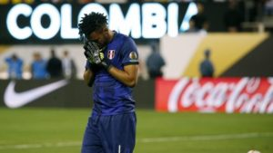 JSX13. East Rutherford (United States), 18/06/2016.- Peru's goalkeeper Pedro Gallese reacts after missing a goal save against Colombia during a penalty shootout in their COPA America Centenario USA 2016 Cup quarterfinals match at the MetLife Stadium in East Rutherford, New Jersey, USA, 17 June 2016. (Estados Unidos) EFE/EPA/JASON SZENES
